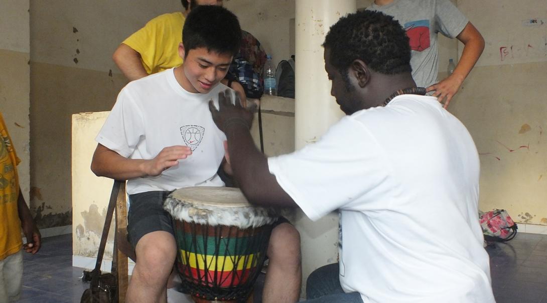セネガルのドラムを習う日本人留学生